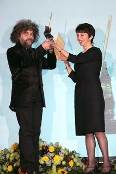 """Николай Бузов – главен дизайнер на модна къща """"Маркам"""", получава наградата """"Златна игла"""" от Валерия Жекова – председател на БАПИОТ"""