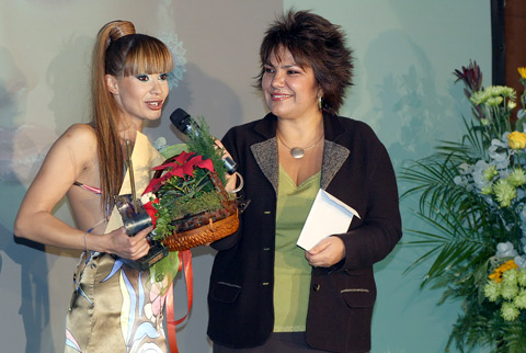 """Джулия Ангелова получи своята награда за """"Моден грим"""" от Мартина Вачкова"""