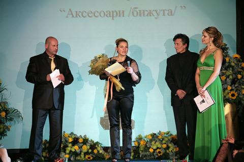 """Милка Александрова - Бучи получава своята награда от Светослав Спасов – """"Ико – С"""" и Анжело Красини"""