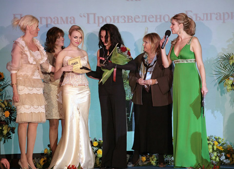 """Мария Златева – студио """"Паола Апси"""", получава наградата от името на Паола Апси за издигането на българското национално самочувствие"""