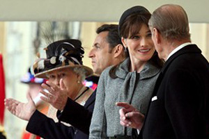 Карла Бруни носи най-красивите шапки