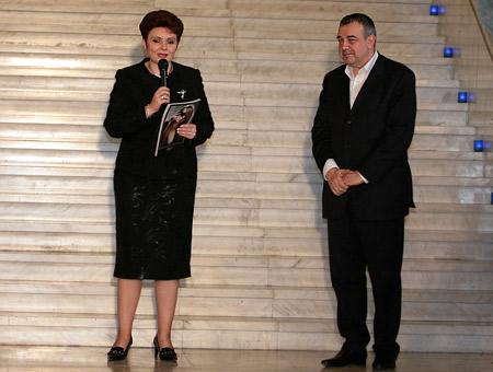 Весела Драганова - председател на Партията на българските жени и зам.-председател на Парламентарната група на НДСВ вече притежава екземпляр № 2 на книгата