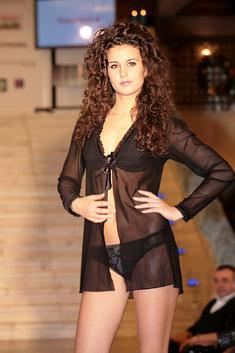 """Модел на """"Триумф"""", представен по време на благотворителната премиера на """"Алманах на българската мода 2009"""""""