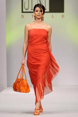 """Модели на Евгения Живкова от колекция пролет-лято 2009 """"Слънчева жена"""""""