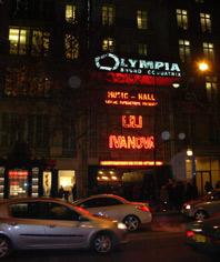 """Неоновата фасада на зала """"Олимпия"""" в Париж в нощта на 9 януари 2009 г."""