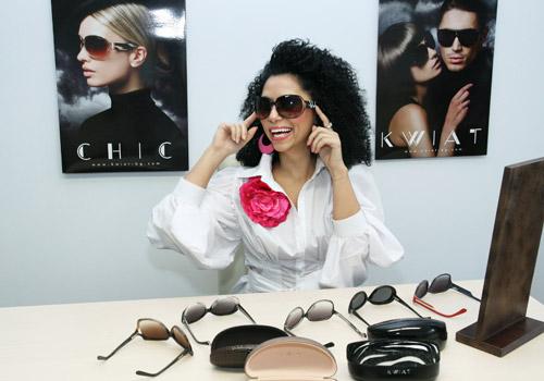Теди Кацарова избира очилата KWIAT за артистичен аксесоар през зимата и в новия си клип