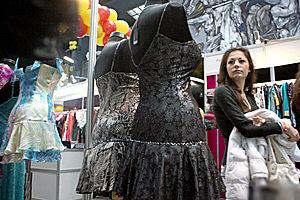 Абитуриентски рокли до 1000 лева показват в Земята и хората