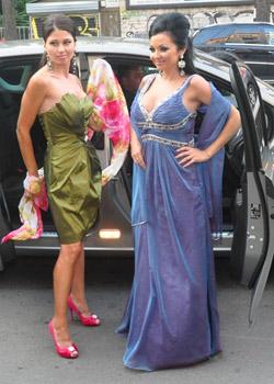 Кралици дефилират с булчински и официални дамски облекла