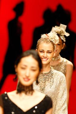 Лондон открива Седмицата на модата с минута мълчание за Маккуин