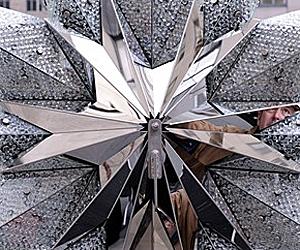 Звездата на Swarovski краси коледната елха в Рокфелер център
