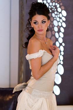 Диляна Попова позира в собствена булчинска рокля