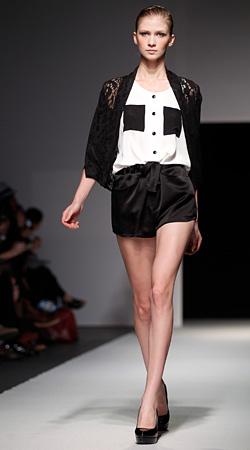 Комбинацията черно и бяло отново превзема модния подиум