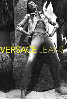 Жизел Бюндхен полугола в рекламна фотосесия на дънки