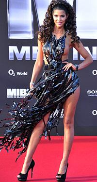 Micaela Schaefer с провокативна рокля на премиерата на Мъже в черно 3