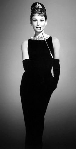 Одри Хепбърн в малка черна рокля на Шанел