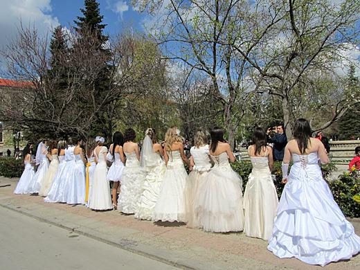 Русенки облякоха отново сватбените си рокли за Парада на булките
