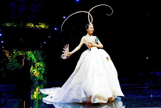 Сватбени рокли за богати китайки показа дизайнерката Guo Pei
