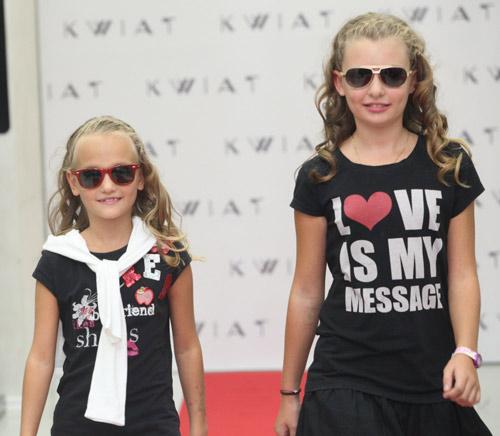 Известни майки с децата си в ревю с очила KWIAT