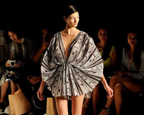 Mercedes-Benz Fashion Week, Сидни 2013- черно, бяло и геометрични фигури