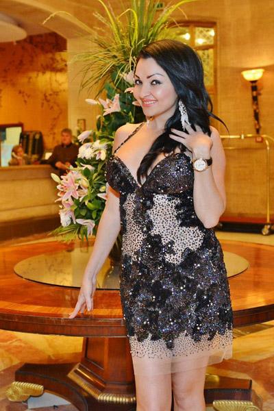 Хотелиерската наследница Парис Хилтън с тоалети от марките, представени в Bridal Fashion