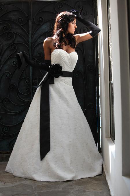 Изящество и великолепие в новата колекция булчински рокли на Мон Амур