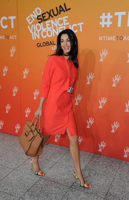 Госпожа Клуни с кръстена на нейно име дамска чанта