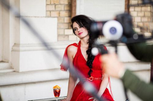 Ева Грийн излъчва безкрайна красота като водещото лице в календара на Campari за 2015