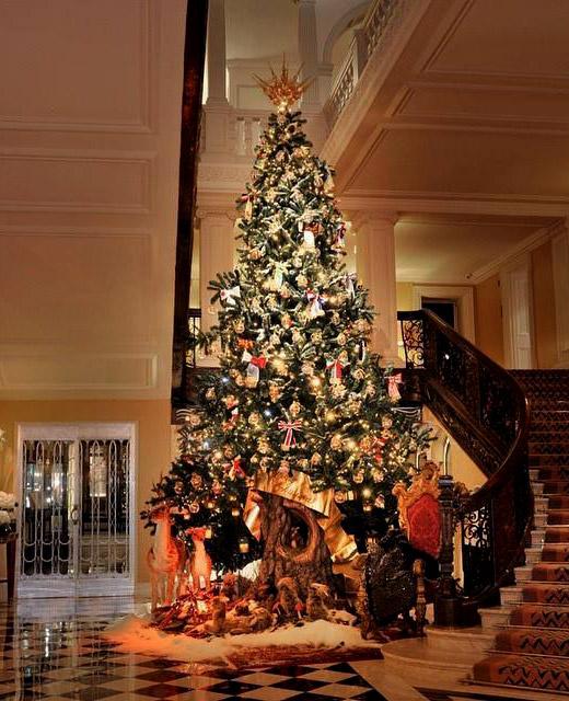 Dolce & Gabbana с коледна елха в емблематичния лондонски хотел Claridge's