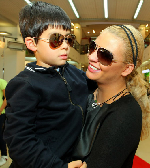 Известни личности с децата си дефилираха с очила KWIAT