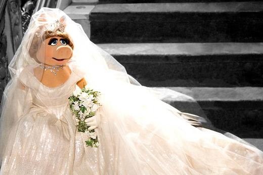 Мис Пиги със сватбена рокля на Вивиан Уестууд