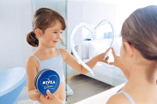 Този Февруари е още по-нежен и романтичен с лимитираната серия NIVEA Crème