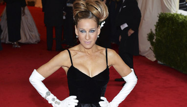 Sarah Jessica Parker with an award from the fashion industry