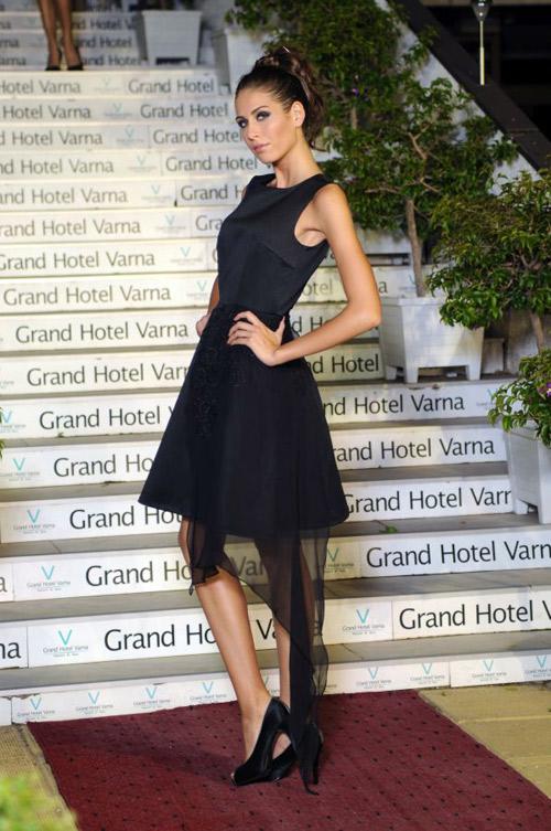 Икстис с невероятна колекция коктейлни рокли