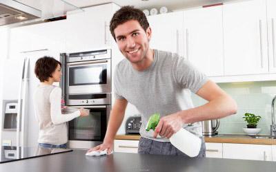 Новата романтика - изхвърляне на боклука и спускане на капака на тоалетната чиния