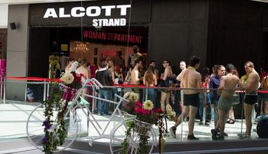 Alcott Strand облече смелчаци на своето официално откриване