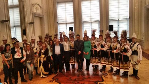 Испанският актьор Антонио Бандерас игра българки хора с ансамбъл