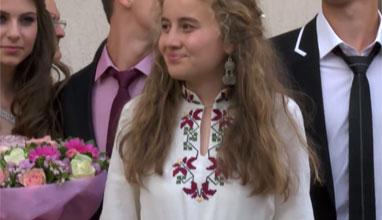 Още една абитуриентка с рокля с български шевици