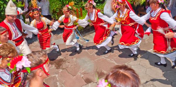 И във Франция харесват българските народни танци