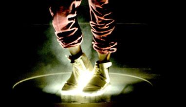 "Кание Уест дебютира новите adidas Originals YEEZY BOOST на наградите ""Грами"""