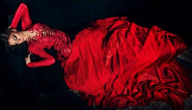 Загадъчност, женственост и кралско присъствие в моделите на дизайнерката Мария Диомова
