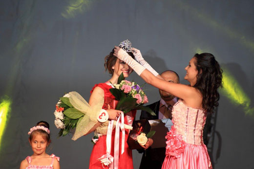 17-годишната Карина е Царица на розата