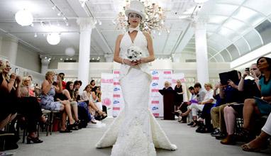 Евтино и ефектно: Булчинска рокля от тоалетна хартия