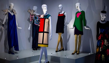 """Великобритания: Изложба """"Yves Saint Laurent: Стилът е вечен"""""""