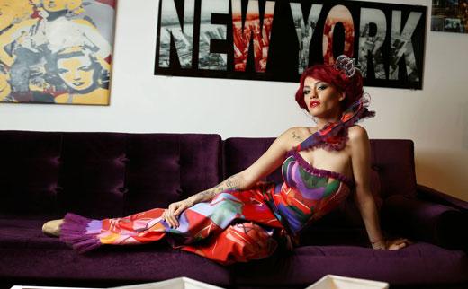 Жана Бергендорф с екстравагантна цветна фотосесия