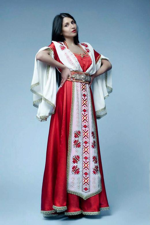Стилизирана фолклорна носия - изборът на една абитуриентка за тоалет