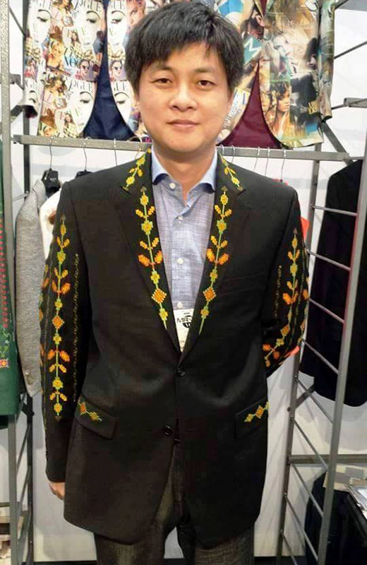 Richmart dresses foreigners in men's suit jackets with Bulgarian embroidery