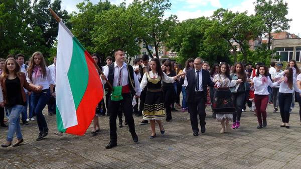 В подкрепа на българското - дванадесетокласници от Видин в народни носии