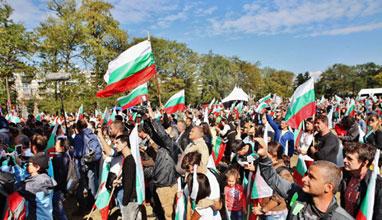 Раздадоха хиляди знамена за Деня на Независимостта