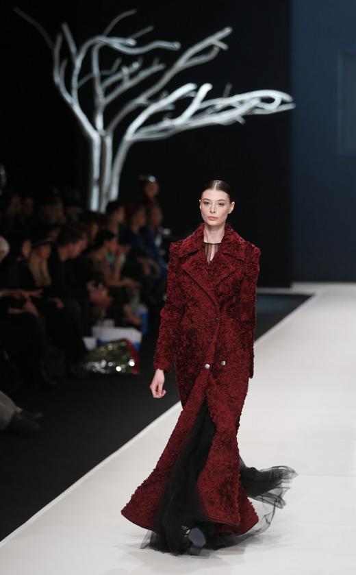 Валентин Юдашкин представи колекция вечерни рокли