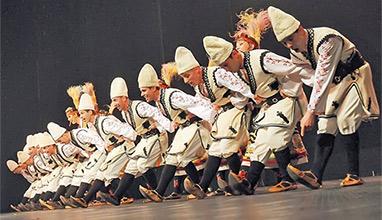 200 българи ще играят хоро пред Шакира и Брайън Адамс